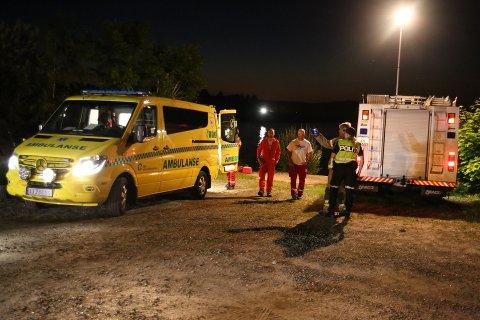En person falt ut av en båt på Hemnessjøen natt til søndag. Store letemannskaper søker etter personen.