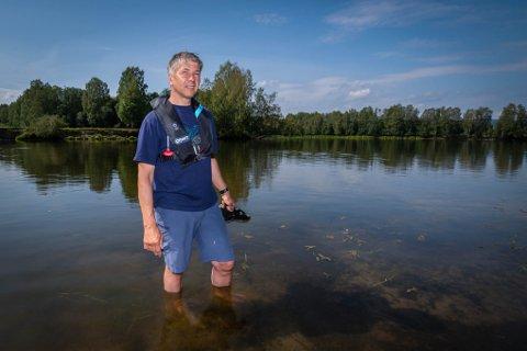 PÅ JAKT: Seniorrådgiver, Lars Tore Ruud i Statens Naturoppsyn, er på jakt etter blågrønnalger for å kartlegge hvor det er tydelig oppblomstring.