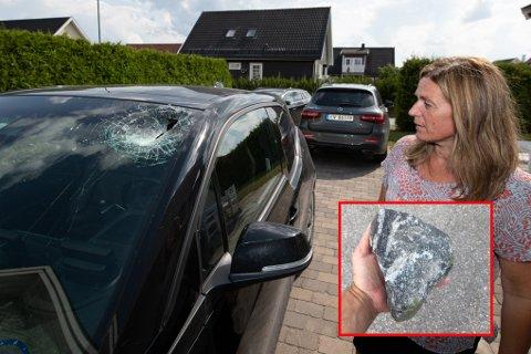 KNUST: Aase Britt Finstad var centimetere fra å bli stygt skadet da denne steinen kom farende ned fra planet på en lastebil mandag formiddag.