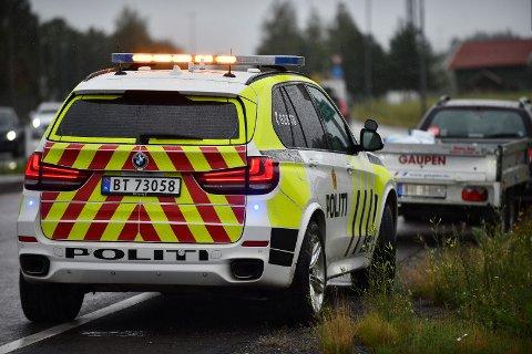 Politiet har anmeldt førerenn av bilen med hengeren som veltet. (Foto: Vidar Sandnes)