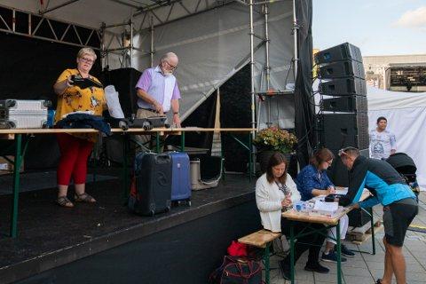 POPULÆRT: Hittegodsauksjonen under Jessheimdagene har blitt en tradisjonsrik happening. Også i år var det mange som tok turen, både for å by og for å se på.