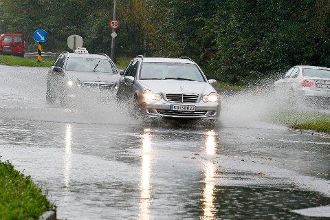 OSLO  20110919. Mye regn sørget for at flere veier i Oslo ble oversvømt slik som denne på Holmlia. Foto: Heiko Junge / Scanpix