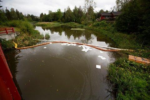 FORTSATT UTSLIPP: Flydrivstoffet renner fortsatt ut i Fjellhamarelva etter utslippet i forrige uke. Det er ikke observert døde fisker.