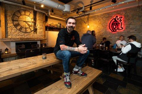 PERSONLIG: Fungerende daglig leder ved Gulating Pub på Jessheim, Calle Johansson, ser på som gjestene sine som venner. Over årene har dem klart å etablere en lojal kundegruppe.