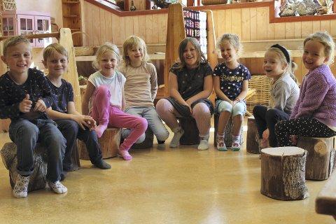 Troy, Eivind, Jenny, Jorunn, Lilja, Misel, Mathilde og Tilma i samling. Her lærer de ordleker, rytmer, eventyr og sanger.