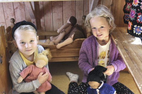 Mathilde og Tilma koser seg med dukkene. I første klasse lager barna sin egen kjepphest. De syr, stapper sokk, spikker pinne og limer på hår. Dette er et prosjekt som går fra starten av året og fram til jul.