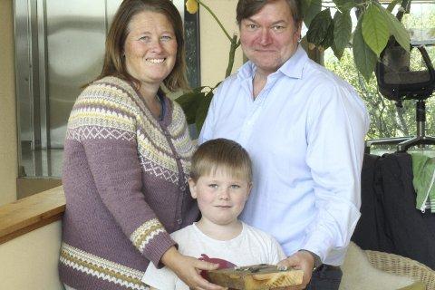 Veslemøy Brekke og Atle Romstad ville at sønnen Leo skulle gå på Steinerskolen i Lørenskog. I hånden har Leo et spill han har laget selv, av ting han har funnet ute.ALLE FOTO: CAMILLA PAULSEN