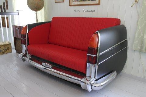 Bakparten av en Austin Cambridge er gjort om til sofa. Astrid er bilsalmaker og dette er en  del av hennes svenneprøve. Bilen sto igjen på tomta da de overtok.