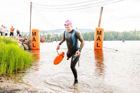 BRAGD: Svømmer Mariann Vestbøstad Marthinsen har en lang merittliste, men var likevel fornøyd med egen innsats i dagens Glommnadyppen. Hun var den eneste deltageren med handikap.