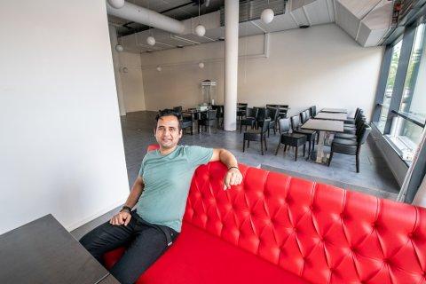 KAN HOLDE SELSKAP: Daglig leder i New Ambassadør på Strømmen, Milan Karki, får stadig spørsmål om restauranten tilbyr opplegg for lukket selskap. Nå kan han endelig si ja.