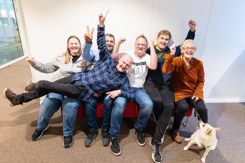 GLEDE: God stemning blant Rødt-folket på historisk kveld, der plassen i kommunestyret feires. Fra venstre Hanne Heiås, Aso Aziz, Atle Skift, Stian Solberg, Hilde Karin Larsen og Herman Linde.
