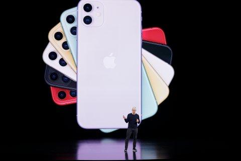 Apple-sjef Tim Cook viste fram den nye iPhone 11 under selskapets årlige høstlansering i Cupertino i California tirsdag. Foto: AP / NTB scanpix