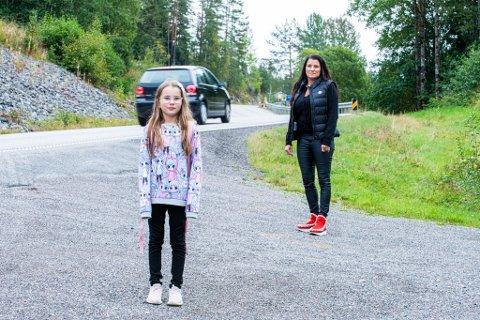 BLIR STÅENDE OG VENTE: Nærmest daglig blir Adele (10) stående og vente på en taxi som aldri kommer. Dette gjør at foreldrene stadig kommer for sent på jobb.