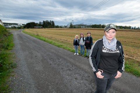 MISFORNØYDE: Ine Sørum og hennes tre barn Emelia-Nikoline (8), Adelin Michelle Grønlie (10) og Leander Sebastian (10) håper noe kan gjøres med skoleskyssordningen deres.