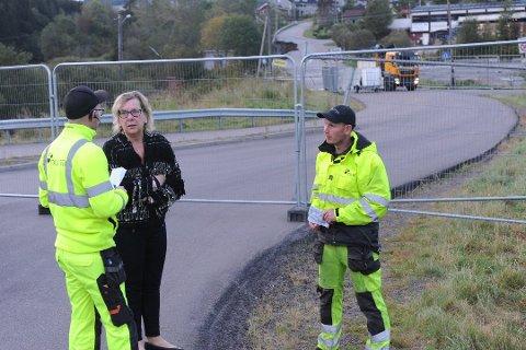Ordfører Hilde Thorkildsen blir oppdatert på rasområdet tirsdag morgen. Hun kan fortelle at det er umulig å si når folk kan flytte hjem.