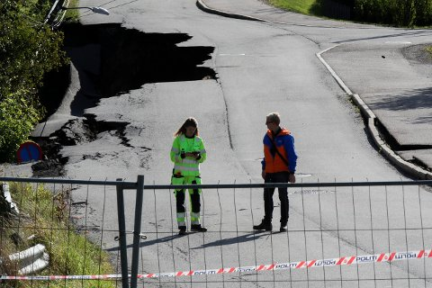 UNDERSØKER VIDERE: Geologer har tirsdag vært tilbake i rasområdet og gjort flere undersøkelser.