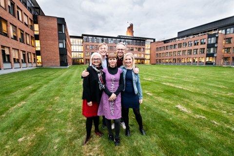 Disse partiene har blitt enige om en avtale for nye Lillestrøm kommune. F.v: Helen Bjørnøy (SV), Thor Grosås (Sp), Eline Stangeland (MDG), Jørgen Vik (AP) og Elisabeth Løvtangen (KrF).