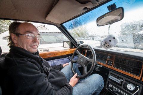 ENTUSIAST: Fred Bredesen i en Ford Taunus fra 1981. Treeverket i dashbordet er fra en Ghia og ble hentet frem under tonnevis av kumøkk. Bilen har også fått 5-trinns girkasse