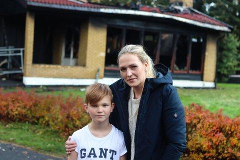 VEKKET MAMMA: Fredrik Holm (10) løp ned for å vekke moren sin Alexandra, da han oppdaget brannen på Kurland Fritidsklubb.