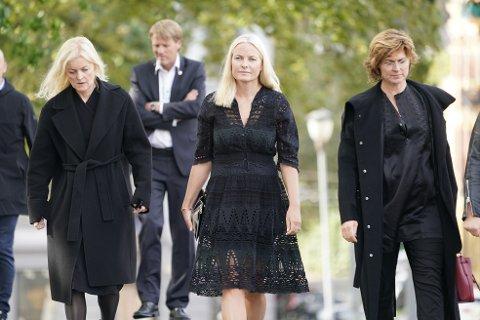 Kronprinsesse Mette-Marit, Sissel Kyrkjebø (t.h) og Mariann Hole (t.v.) ankommer Uranienborg kirke til bisettelsen av Anne Grete Preus. Foto: Heiko Junge / NTB scanpix