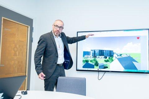 ETT EKSEMPEL: Tom Staahle med skissen av omsorgsboligene på en tomt som er regulert til barnehage på Jessheim.