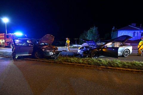 STORE SKADER: Bilene har fått enorme materielle skader, men utrolig nok ble ingen skadet i frontkollisjonen.