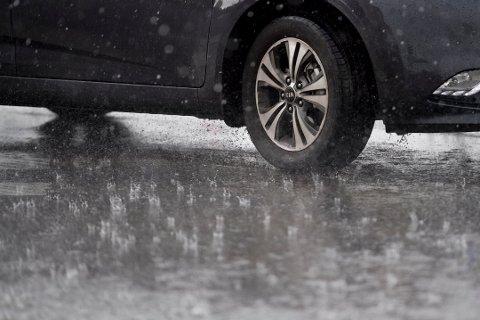 MYE NEDBØR: Meteorolog Eldbjørg Moxnes varsler mulige oversvømmelser på Romerike tirsdag morgen.