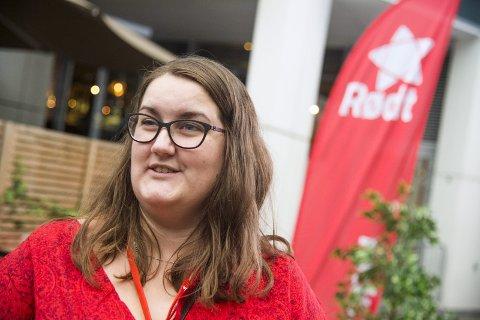 LANG VAKE: Nora Uvsbakk skal både feire rød framgang i Oslo og forhåpentligvis et mandat i kommunestyret i Rælingen. Foto: Andreas Lekang