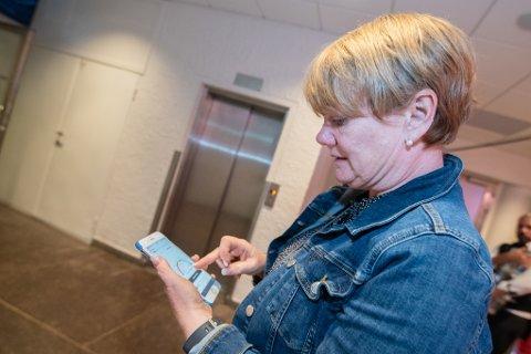 SJEKKER RESULTATET: Ragnhild Bergheim, ordfører i Lørenskog, følger med på valgresultatet på rb.no. Resultatene tyder på at hun får fortsette som ordfører.