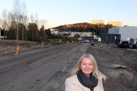 KRITISK TIL PAVILJONG: Amine Mabel Andresen (H) foran det som skal bli tverrforbindelsen Garchinggata og med kommunens barnehagetomt i bakgrunnen til venstre. Skårersletta og høyblokkene på Skårer lengst bak i bildet.