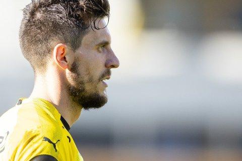 TAPT FOR LSK? Daniel Pedersen har i halvannen sesong styrt mye av spillet for Åråsen-klubben fra sin midtbaneposisjon. Nå ser han ut til å ikke følge klubben ned i Obos-ligaen.