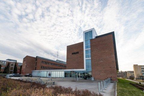 TILTALT: Politiet mener at mannen i 40-årene har stjålet flere titalls tusen kroner fra en minibank i Lørenskog og en innskuddsautomat i Telemark. Mannen erkjenner straffskyld for innbruddet i Telemark, men ikke tyveriet i Lørenskog-