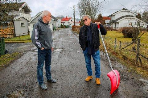 BARE FLAKS: Arild Mossing (t.h.) og Rune Bjørnerud i Furusetveien på Åkrene er glad for at snøen uteblir. De vet ikke lenger hva som skjer når veien må brøytes etter at kommunen ikke lenger vil gjøre det.
