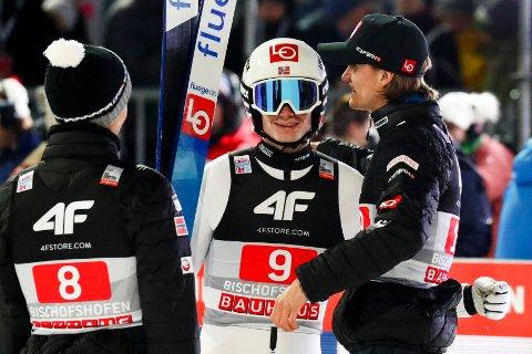 Marius Lindvik fra Frogner og resten av de norske hoppgutta sikret en pallplass i Polen. Foto: Matthias Schrader / AP / NTB scanpix