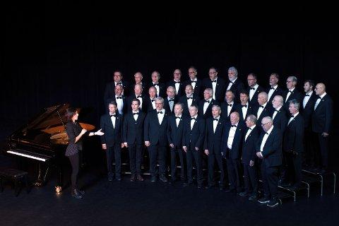 Eva dirigerer koret i storstua Lørenskog Hus.