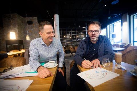 Stenger inntil videre: Daglig leder Morten Dybdahl (t.h.) forklarer at de forholder seg til de nasjonale- og lokale påbudene når de stenger skihallen Snø