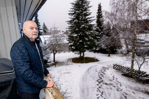 EKKEL OPPLEVELSE: Jan Erik Berg (75) sto på denne terrassen da noen voksne menn stakk av fra gjemmestedet og ut i en bil.