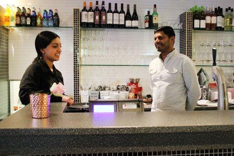 SATSER: Pemraj Thirunavukarasu (t.h.) har åpnet indisk restaurant i Lørenskog. Med seg på laget har han datteren Pritika (t.v.) som serverer de sultne gjestene.