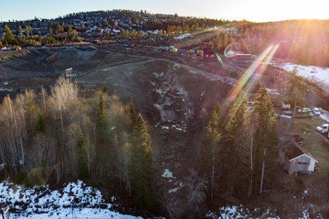 SKREDET FRA LUFTA: Store mengder jordmasser har sklidd ut ned mot jernbanen og Glomma.