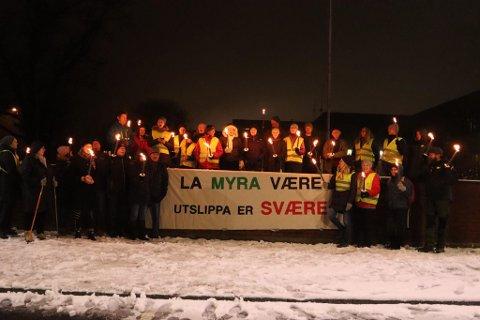 DEMONSTRERTE: Øvre Romerike Natur og Ungdom fikk med seg flere i fakkeltog mot utbyggingen i Nannestad onsdag kveld.