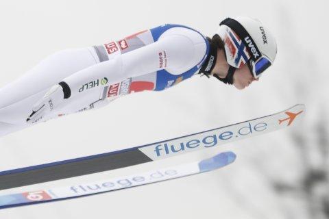 Marius Lindvik i hopprennet i Bergiselbakken i Innsbruck, som er den tredje av fire hoppkonkurranser i hoppuka. På høyre skulder har han et merke som er en hilsen til kreftsyke Bjørn Einar Romøren. Foto: Geir Olsen / NTB scanpix