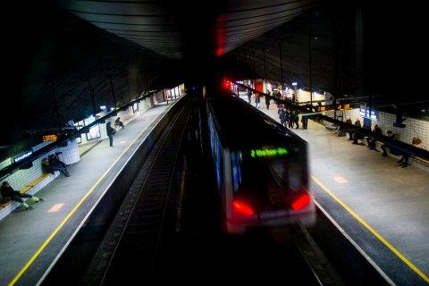 USIKKER ØKONOMI: Ruter mener det blir samfunnsøkonomisk ulønnsomt å bygge T-bane til Lørenskog. Bildet er fra Nationaltheatret stasjon.