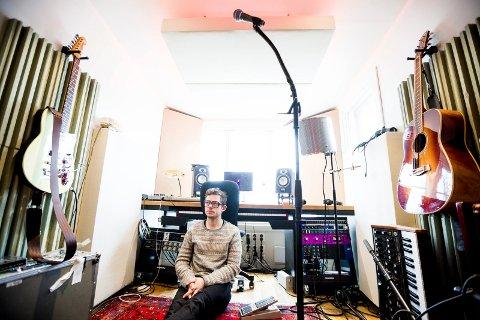 Jarle Bernhoft (44) fra Nittedal har tilbrakt mye tid i sitt lille studio  etter at koronapandemien stengte ned det meste i Norge