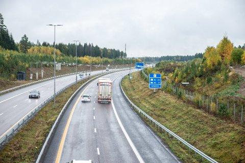 STORE SUMMER: Bomstasjonen ved Hovinmoen, nord for Jessheim har skapt harme. I fjor satte bilistene rekord i innbetalte bompenger.