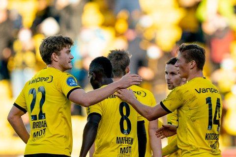 MÅLJUBEL: LSK-spillerne feirer Fredrik Krogstad (t.h) sin straffescoring som ga 3-0 på Åråsen.