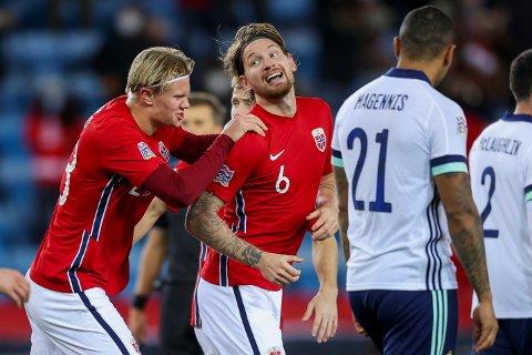 Stefan Strandberg fikk gratulasjonene fra Erling Braut Haaland, men det var et selvmål som ga Norge seieren mot Nord-Irland.