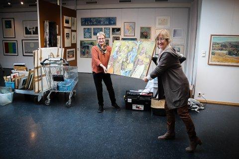 Kari Kirkenær (t.v.) og Elisabeth Lunder i Nes kunstforening er to av dem som har jobber på spreng for å bli klare til utstillingsåpning 15. oktober. Foto: Elisabeth Johnsen