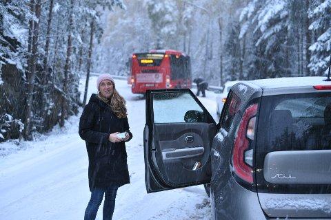 STOPP: Solveig Bergum kom ikke lenger enn hit da bussene ble stående på tvers av veien opp mot Blystadlia i Rælingen.