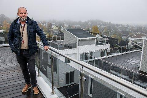BLADDE OPP: Daglig leder Frode Folkedal i Nor Øst Bolig AS forteller om utbyggerselskapet sine planer for å få funkisboligene i Framveien godkjent til bruk.