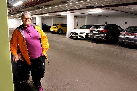 TETT-I-TETT: Mette Korsrud i parkeringskjelleren der flere av beboerne nå vurderer å gå til sak mot utbyggerne fordi de mener parkeringsplassene er for smale.